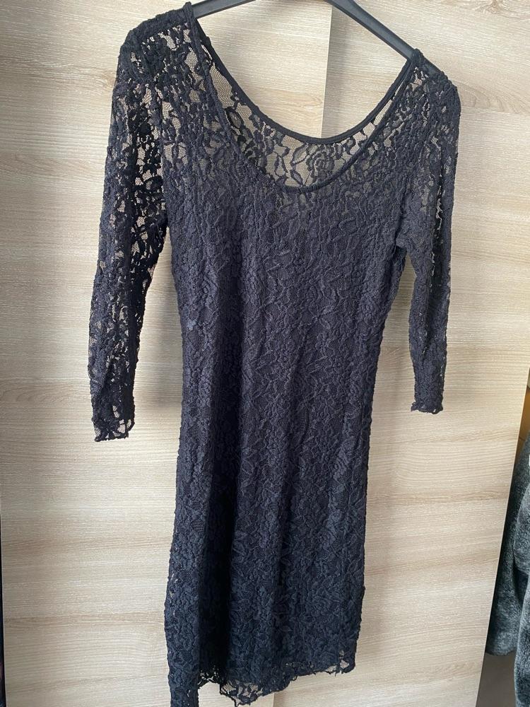 Robe noir en dentelle decalée