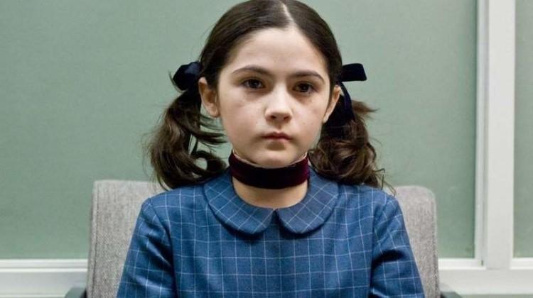 《孤儿怨》真实上演?夫妻收养6岁萝莉「身边人陆续受伤、死亡」最后更… 看完背脊发毛