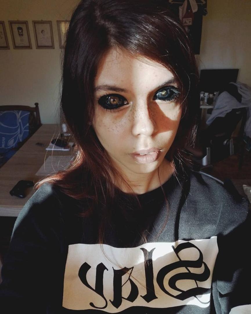 追星变失明!波兰狂女为追随偶像「把眼白刺成黑色」不料两眼将失明…
