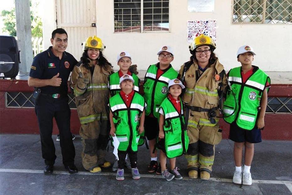 Fotografía del equipo ganador con el proyecto: Héroes en la escuela