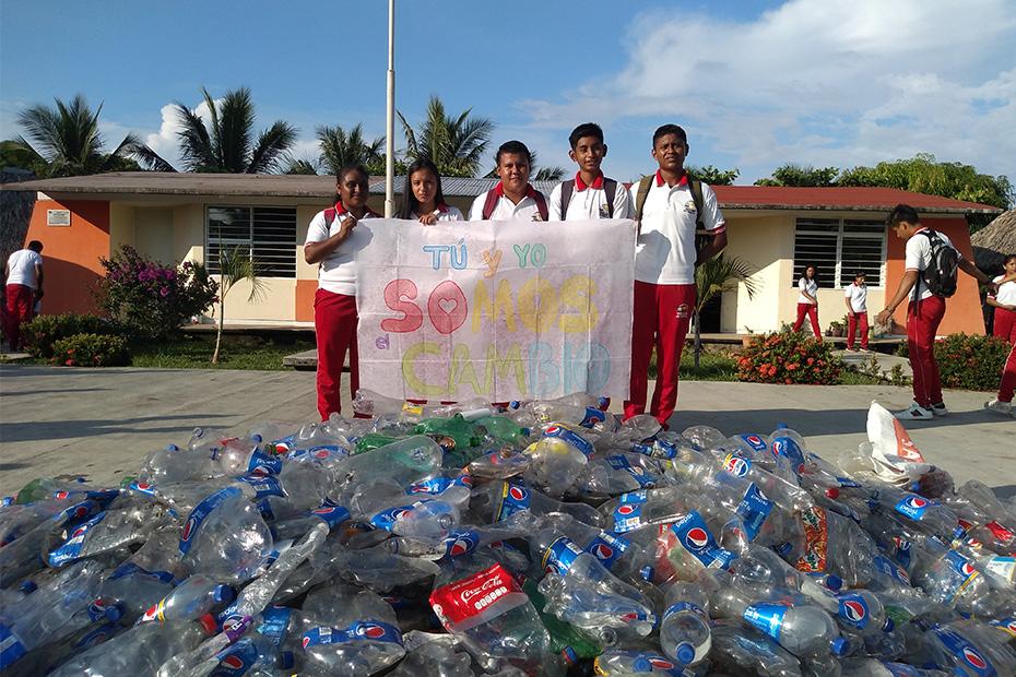 Fotografía del equipo ganador con el proyecto: Unidos por un mundo mejor