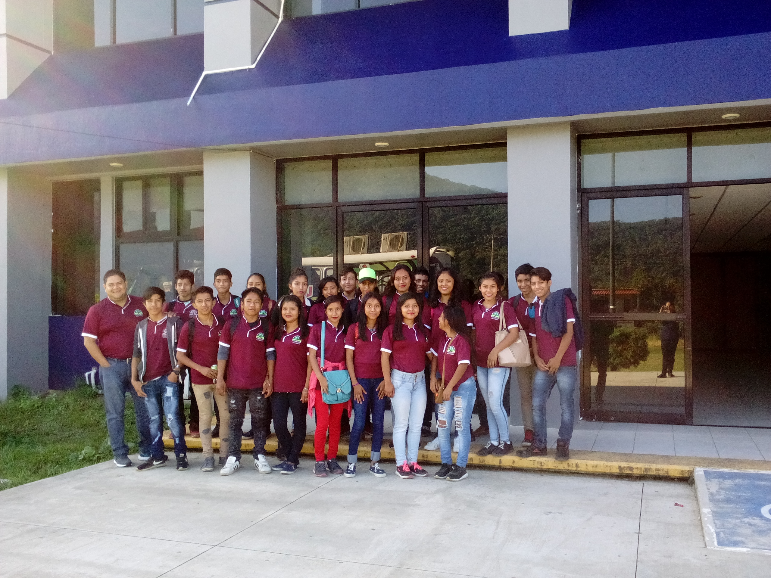 Fotografía del equipo ganador con el proyecto: Produccion de hongos
