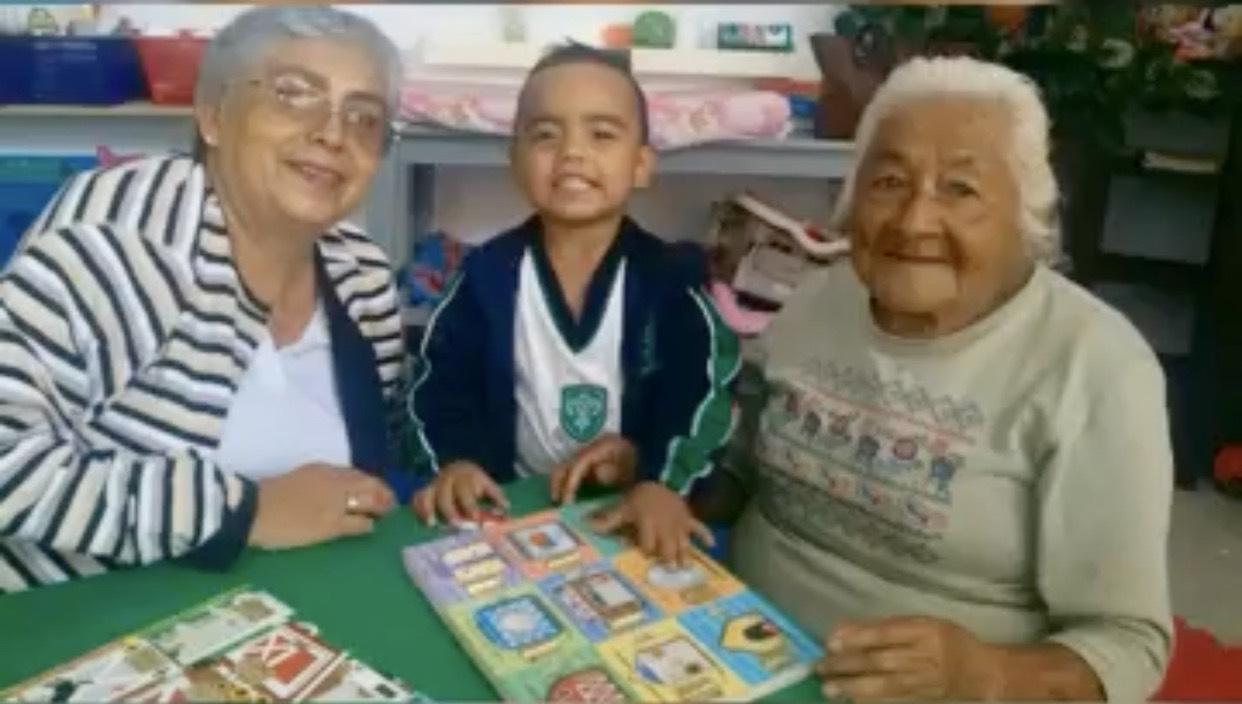 Fotografía del equipo ganador con el proyecto: Las actividades intergeneracionales. un ...