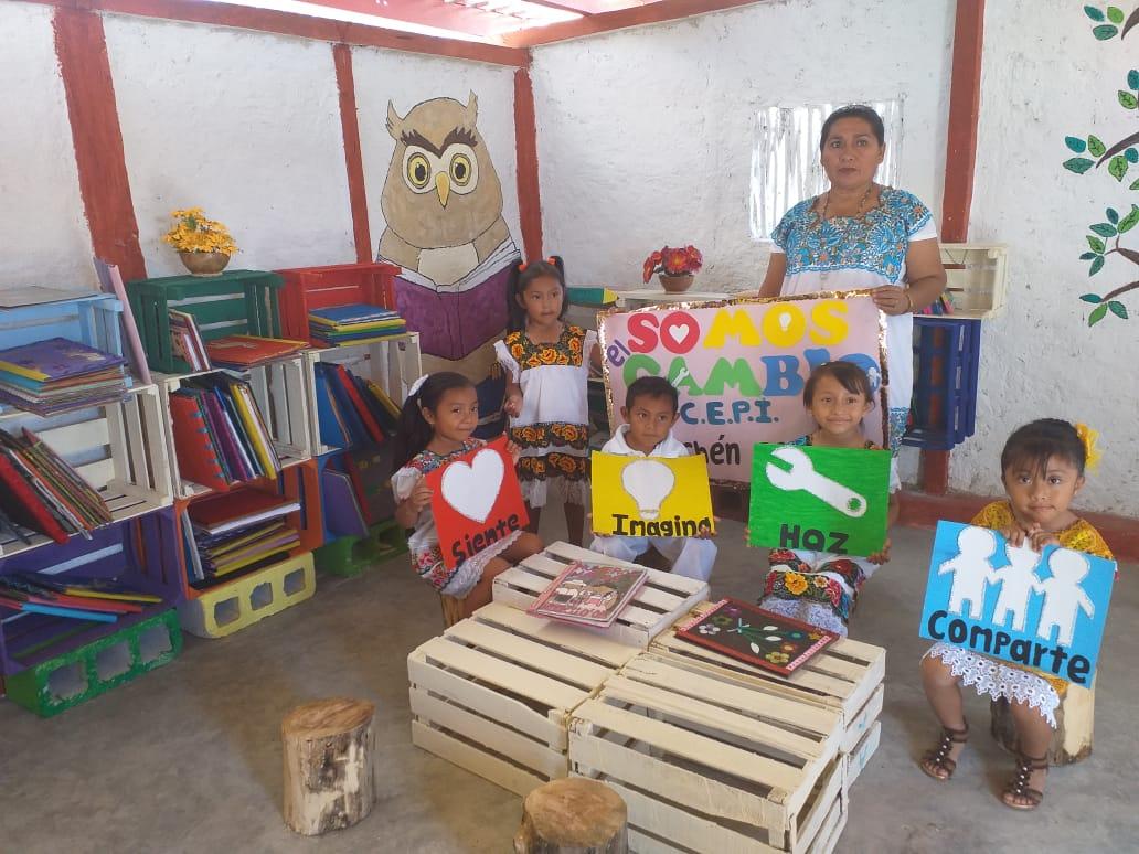 Fotografía del equipo ganador con el proyecto: Biblioteca escolar