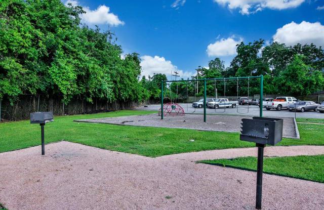 Court at Oak Forest Apartment Houston
