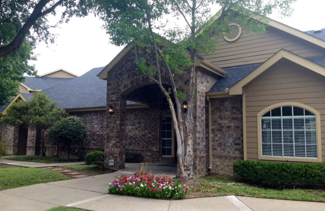 Income Restricted - Park at Cliff Creek Apartment Dallas