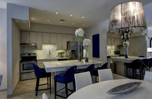 Portico Kirby Apartment Houston