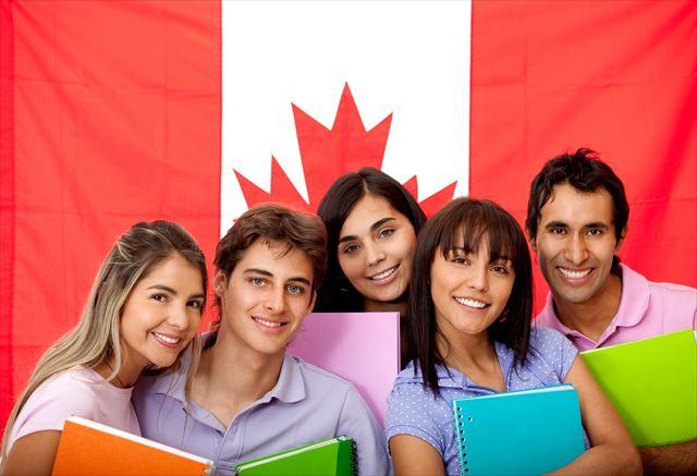 カナダ国旗と学生