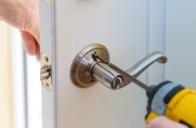Servicio de poner o cambiar tiradores de puertas
