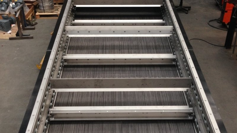 Chain screen with scraper bars 47