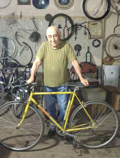 """""""Arreglo las bicicletas de todos los vecinos del pueblo"""", cuenta """"Sacho""""."""