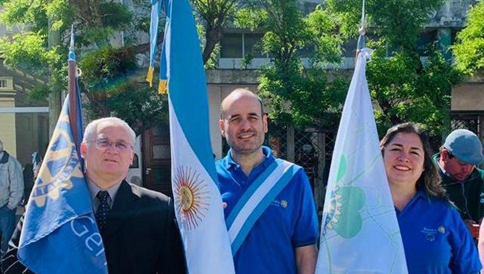 Juan Brentassi, Milena Villar y el socio Gustavo Vercellone (centro) con las banderas del R.C.