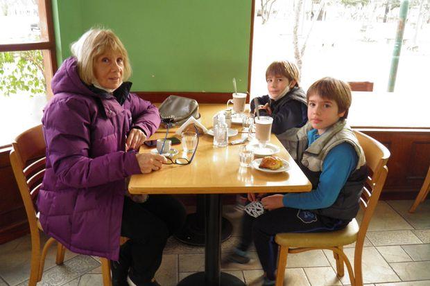 """El tradicional """"submarino"""" para los chicos y un cortado, ayer, en un café de calle Rivadavia y Alem."""