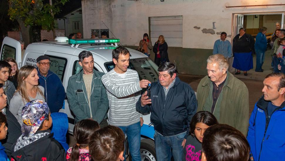 El intendente Pablo Petrecca, en Saforcada, donde entregó una unidad de traslado.