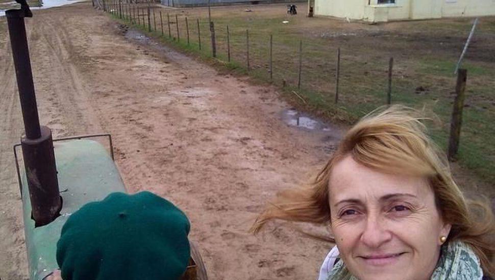 Su escuela quedó aislada por el agua y decidió dar las clases casa por casa