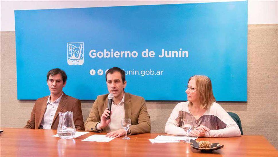 El jefe comunal de Junín, Pablo Petrecca, encabezó la conferencia de prensa en la cual anunció medidas contra la inflación y la crisis de la economía.