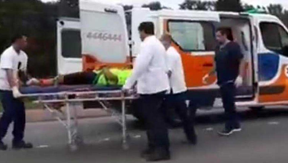 El deportista Elías Luján fue trasladado en una ambulancia del servicio de emergencias médicas hasta el Hospital Interzonal, tras el accidente sufrido ayer, cuando entrenaba.