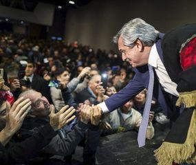 Alberto Fernández resalta en sus mensajes la crisis económica provocada por el Gobierno de Macri.