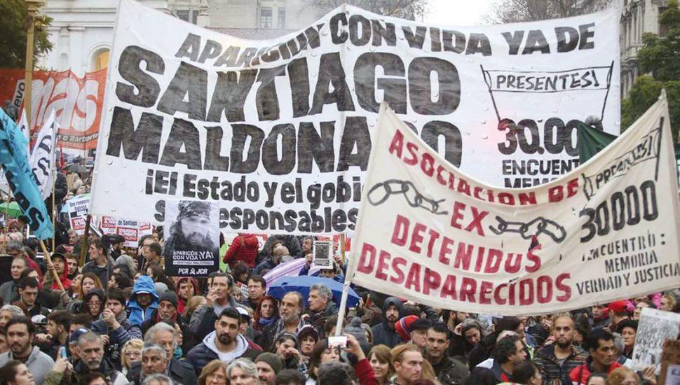 El gobierno de Mauricio Macri decidió involucrarse en la búsqueda de Santiago Maldonado cuando la sociedad comenzó a asociar su comportamiento con la última dictadura militar.