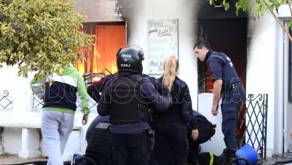 El fuego destruyó casi totalmente la vivienda de calle Quintana 980, en el barrio Belgrano.
