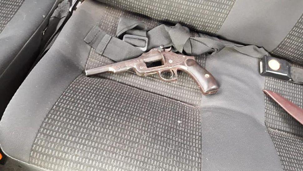 El arma, en el asiento del vehículo.