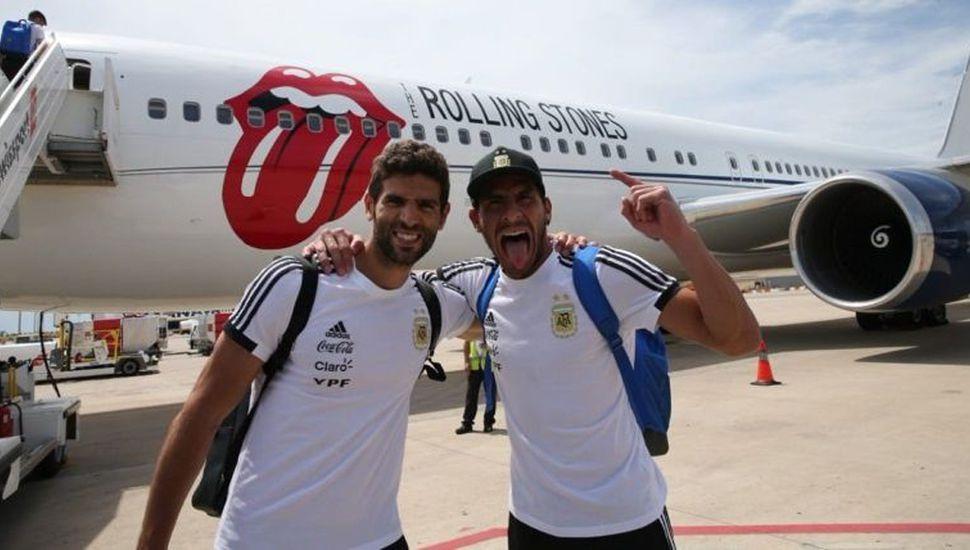 El Patón y Fazio a minutos de subir al avión que trasladó la selección argentina a Rusia.