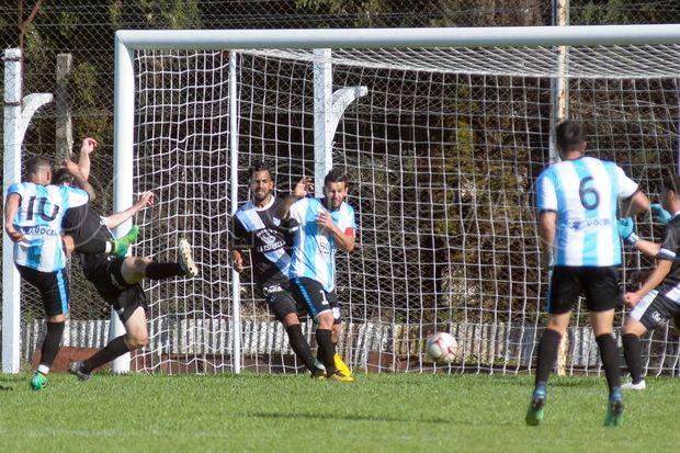 """Peligro de gol. El """"Cuca"""" Oscar Sánchez remata, el 10 tuvo un buen partido."""