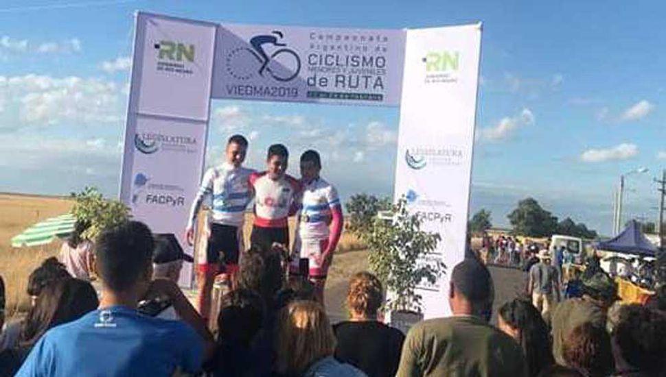 En el podio, los ciclistas del equipo del Sindicato Argentino de Televisión: Lucas Dundic, Juan Paz y Tomás Ruiz.