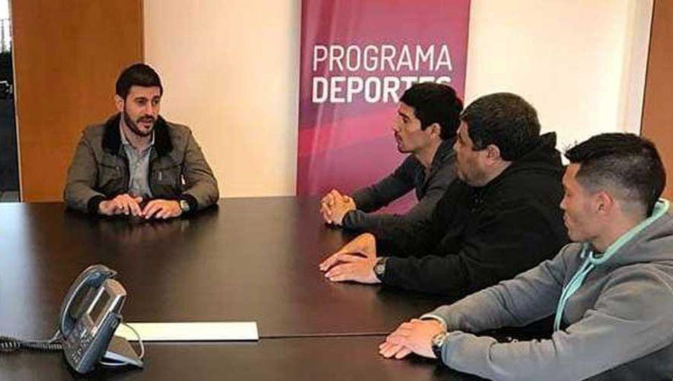 Marcelo Theiler (izquierda), un funcionario de la Universidad de La Punta, Ariel Castillo, Luis