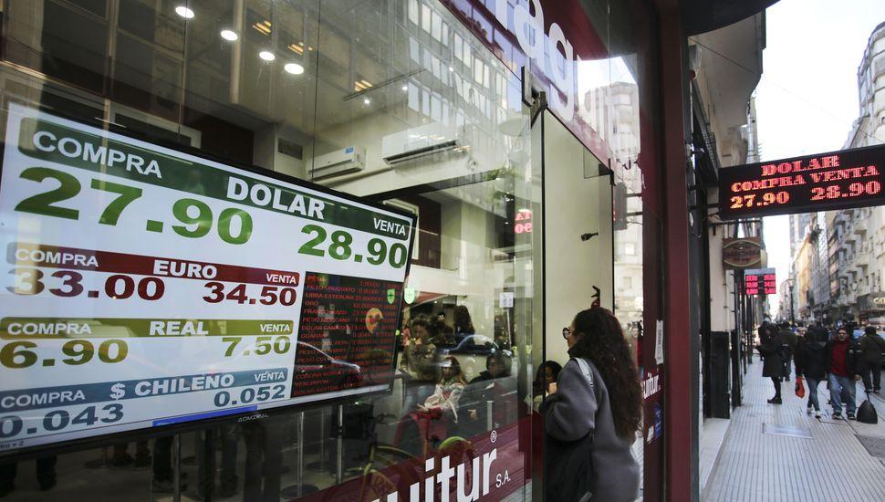 Tras la renuncia de Sturzenegger, el dólar trepó a 28,84 presos y marcó nuevo récord