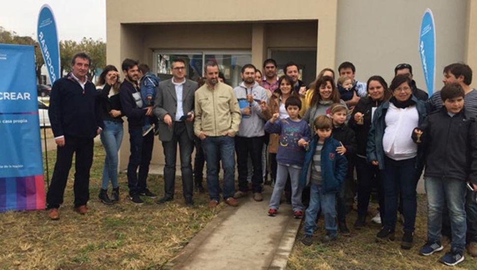 Autoridades del PROCREAR, Roberto Maruri y familias beneficiadas con las viviendas.