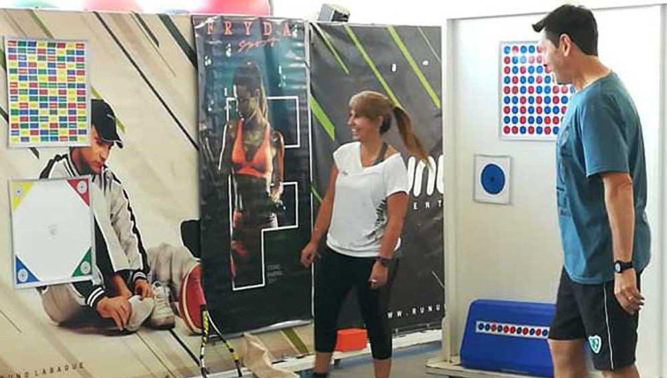 La profesional juninense exponiendo ante los asistentes protocolos de entrenamiento deportivo.