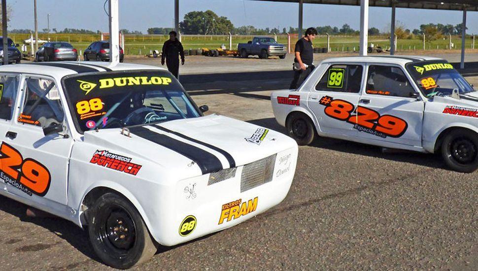 Los autos de los pilotos locales, Matías Ale y Fernando Castroagudín, competirán en la Clase Dos.