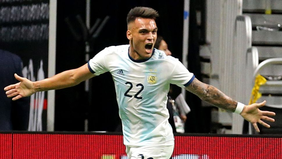 Lautaro Martínez festeja uno de los tres tantos que anotó para la Argentina, en la goleada ante México.