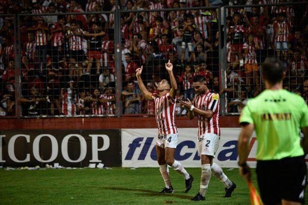 Pier Barrios marcó  el primer gol para  los tucumanos.