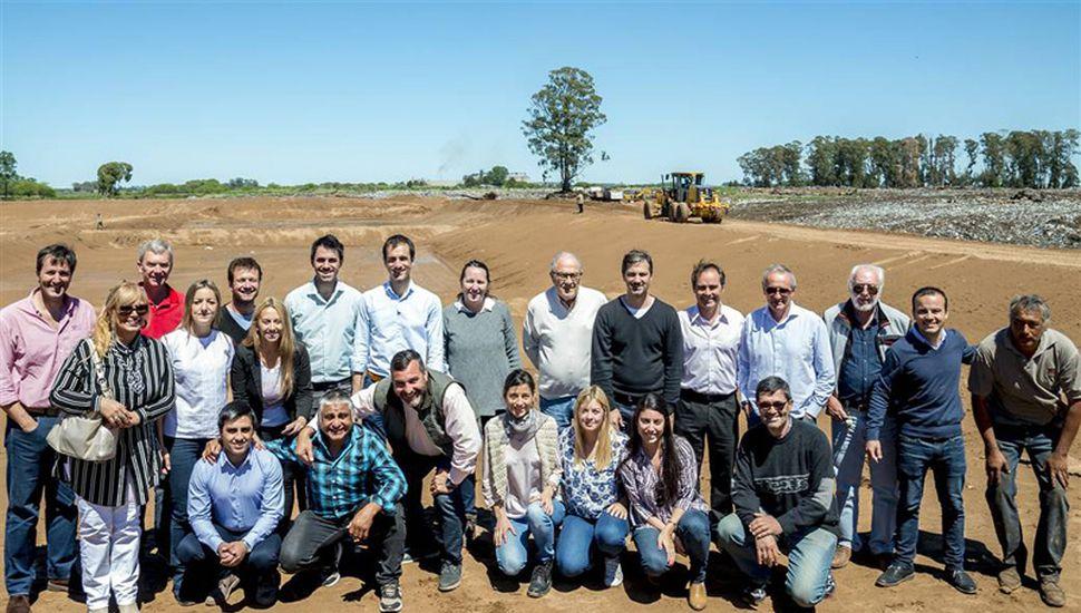 El equipo de Cambiemos, con dirigentes y representantes de instituciones, en la recorrida por el basural.