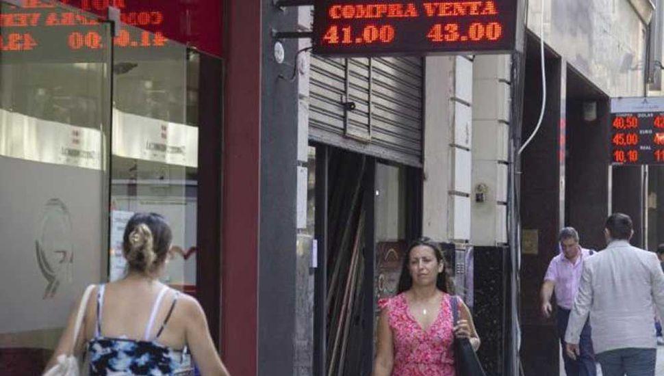 El dólar cayó a $43,52 por  mayor oferta de exportadores