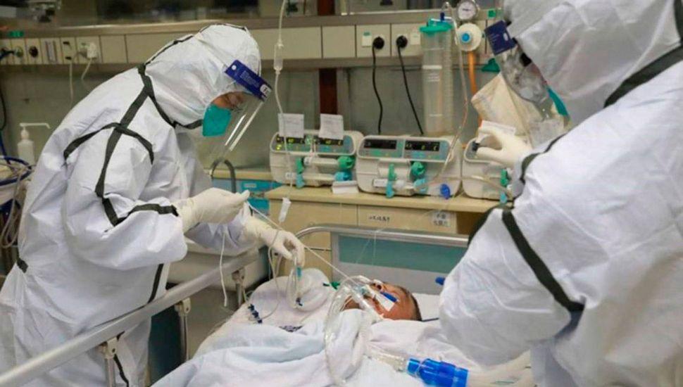 Un enfermero controla a un paciente con coronavirus en el hospital de Ezeiza.