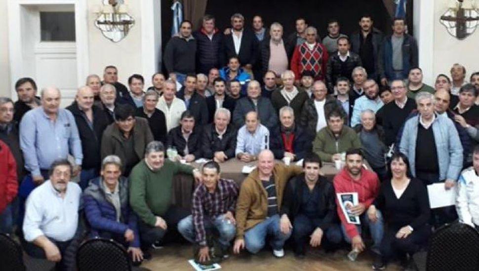 Los dirigentes participantes de la amplia reunión efectuada en la ciudad de Tandil.