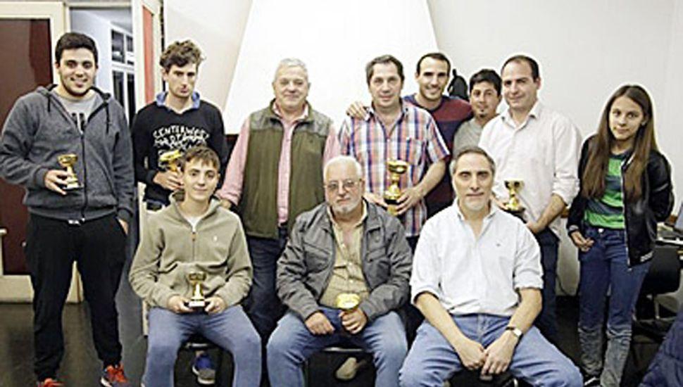 Ajedrecistas premiados en Chivilcoy y otros participantes, entre ellos los juninenses Sofía Bontempi y Jerónimo Mechedze (izquierda).