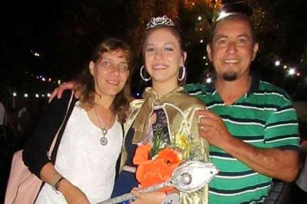 La flamante soberana del Carnaval 2020, Morena Castellano, junto a sus padres, Víctor y María Isabel Muller.