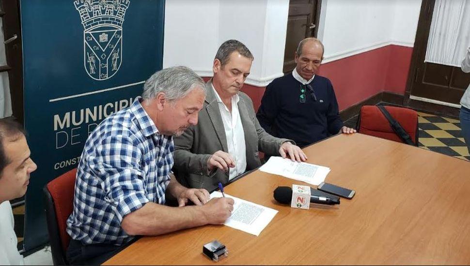 Rossi firmó contrato con IARSA para reasfaltar calles del Centro