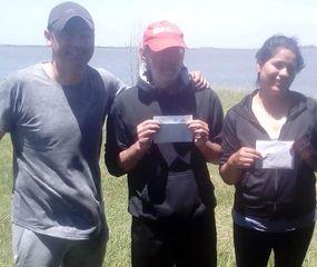 """Miguel Riesgo, ganador del último torneo de pesca desde la costa, organizado por Peña """"Los Carpincheros"""", junto a otros participantes."""
