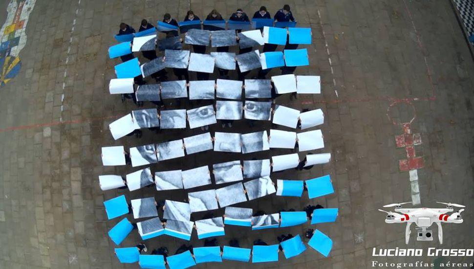 Los alumnos del Colegio Hogar Belgrano crearon una bandera humana