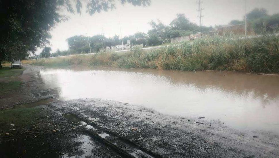 Calle colectora de Ruta 188, inundada.