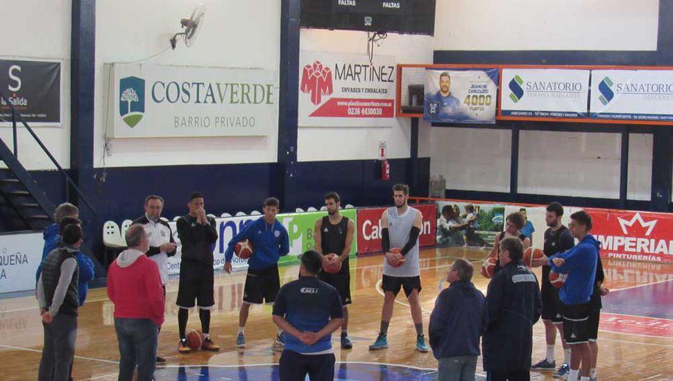 Germán Lambrisca, de espaldas, en la presentación de la temporada.