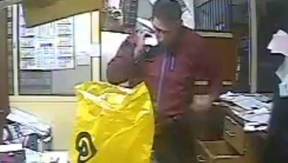 Descubren con videos que un policía robó $10.000 en una ferretería