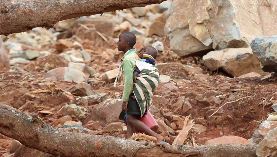 """Ciclón en Africa: devastación, muertes y el """"milagro"""" de nacer en un árbol"""