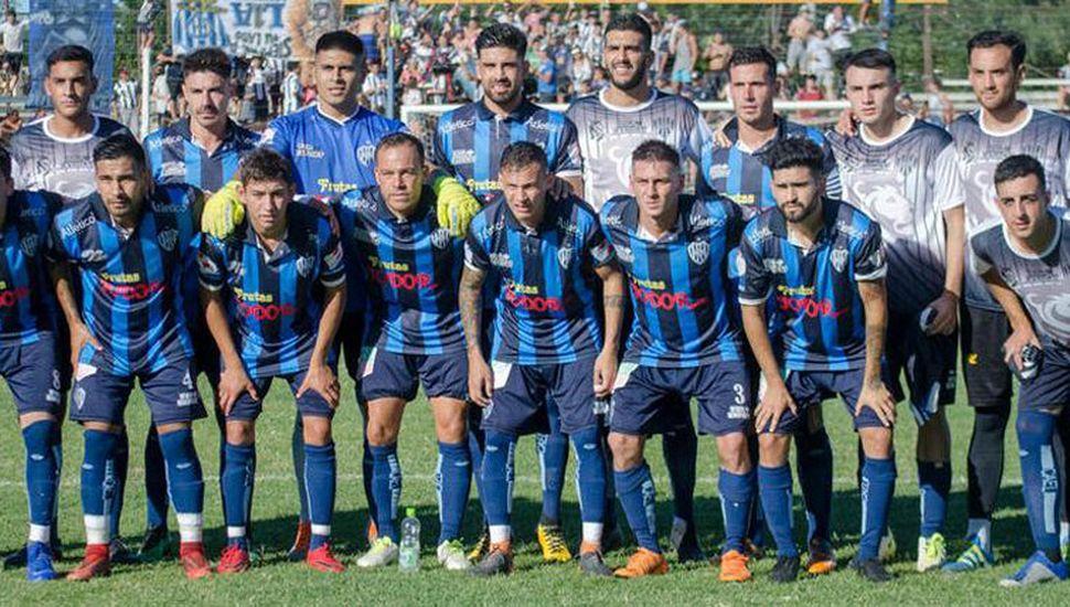 """Plantel de El Linqueño que obtuvo el torneo """"Primavera Verano"""" y así logró el tricampeonato de fútbol 2019 de la Liga Amateur de Deportes."""