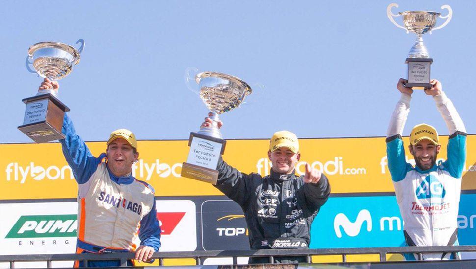 Franco Morillo en el centro del podio, tras ganar en Salta la carrera del Top Race Junior.